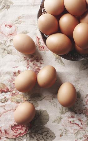 바구니에 계란을 가까이
