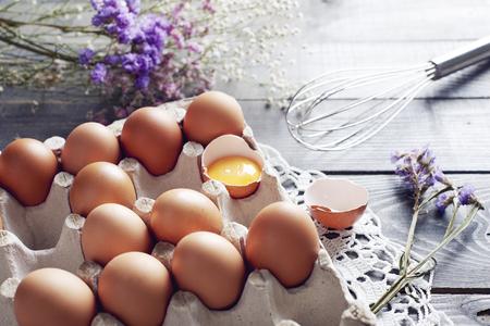 Gebroken ei onder eieren in eidoos Stockfoto