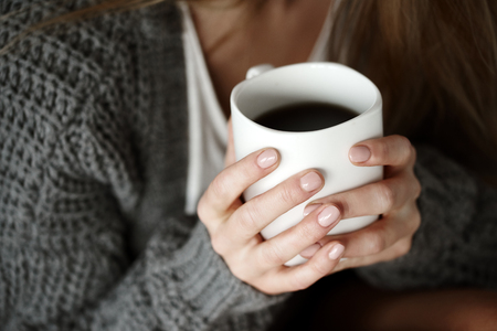 Human hand holding coffee mug Reklamní fotografie