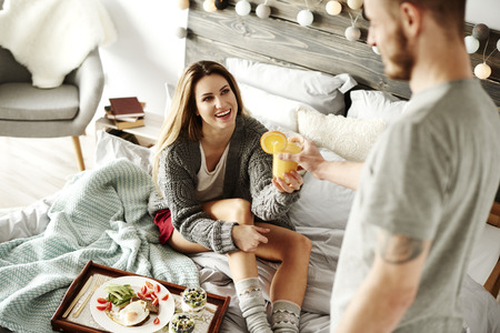 女性のための朝食を提供する愛情深い男 写真素材