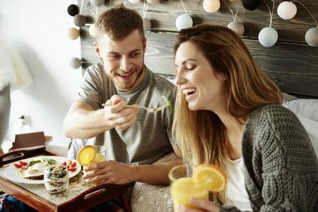 人間の女性と朝食を共有 写真素材