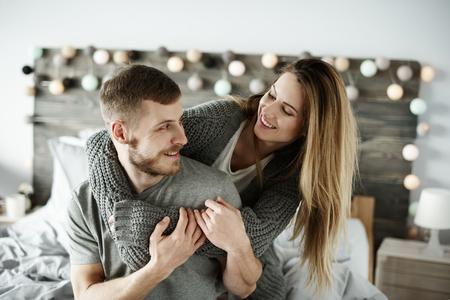 Liebevolle Paare, die Spaß am Schlafzimmer haben Standard-Bild - 93198994