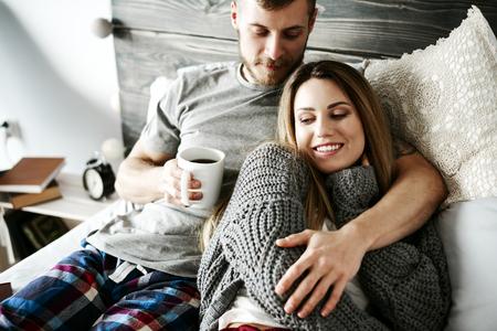 寝室で抱き合うカップル