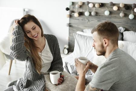 夫婦の寝室で朝のコーヒーを飲んで