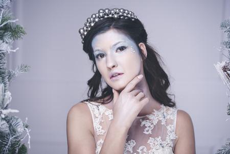 王冠と思慮深い雪の女王の肖像画