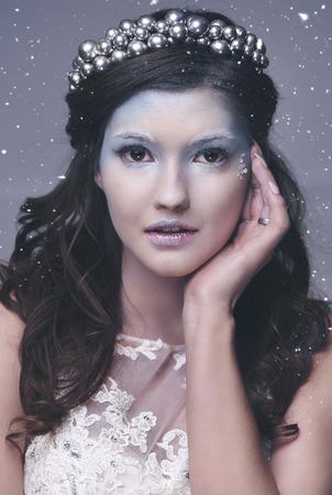 雪が降る中の氷の女王の正面図 写真素材