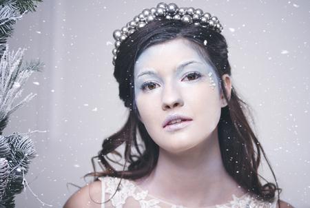 떨어지는 눈 가운데 아름다운 눈 여왕의 초상화 스톡 콘텐츠