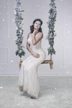 雪の女王の格好をした女性