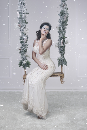 여자가 눈 여왕으로 차려 입다.