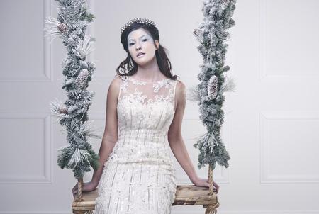 ブランコに座っている雪の女王の肖像 写真素材