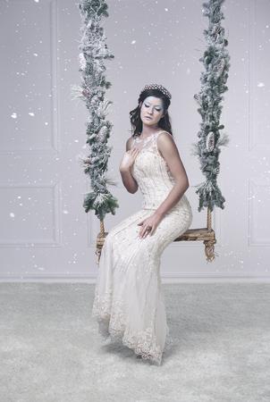 스윙에 앉아있는 얼음 여왕의 초상화 스톡 콘텐츠
