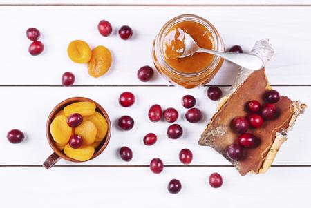 Jar of apricot jam on wooden table Banco de Imagens - 94985992