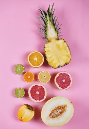 Diverse gehalveerde exotische vruchten bij studioschot