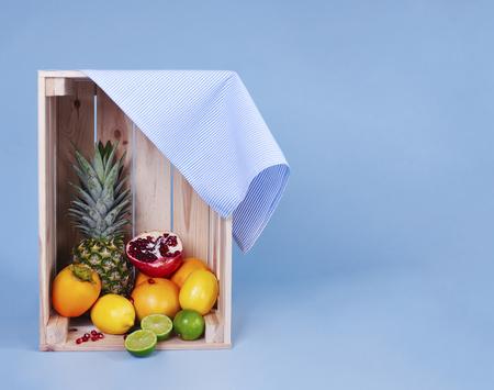 Ontsproten van divers fruit in houten krat