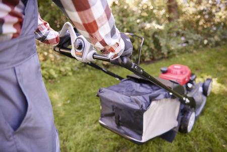 인식 할 수없는 남자는 잔디를 절단 스톡 콘텐츠 - 95117722