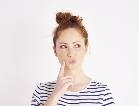 Femme avec la main sur le menton pensant au studio shot Banque d'images