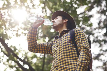 Backpacker au repos et à l'eau potable