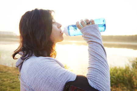 Woman drinking water after really hard workout Foto de archivo - 115146057