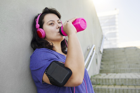 Female athlete drinking water after really hard workout Imagens - 115146069