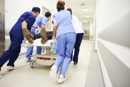 Rückansicht der Ärzte, die für die Operation rennen Standard-Bild