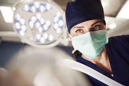 Retrato de mujer anestesióloga en quirófano