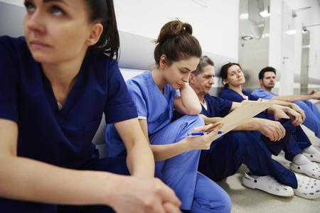 Infirmière examinant les dossiers médicaux dans le couloir