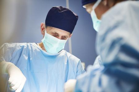 Chirurgo anziano durante un'operazione molto importante
