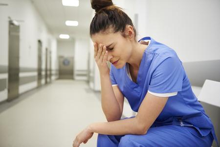 Infirmière souffrant de maux de tête Banque d'images