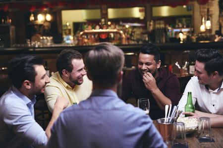 Group of friends enjoying time together in the pub Imagens