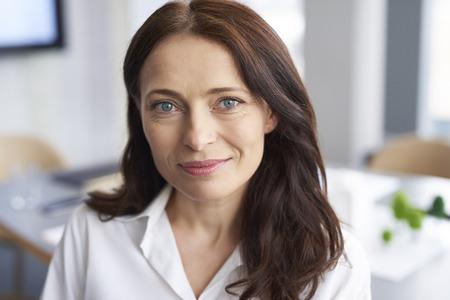 Porträt einer lächelnden Geschäftsfrau im Büro