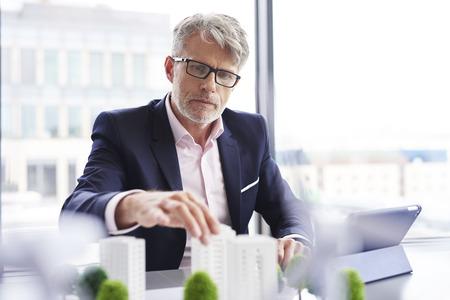 Homme d'affaires focalisé recherchant de nouvelles solutions Banque d'images