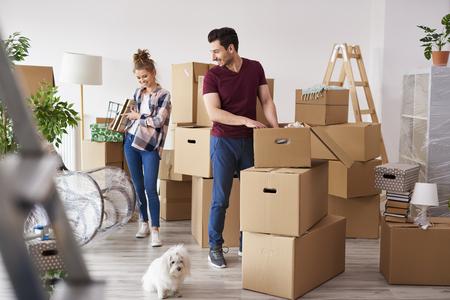 Junges Paar packt seine Sachen in Kisten