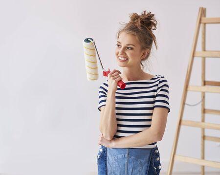 Mujer joven, tenencia, un, rodillo de pintura