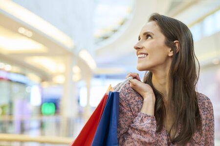 Mujer feliz después de grandes compras en la ciudad