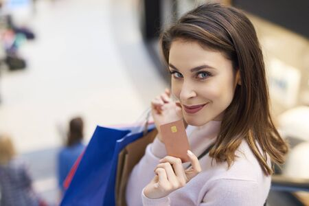 La tarjeta de crédito es muy necesaria durante las grandes compras.