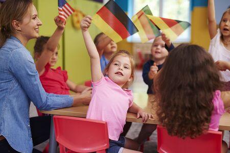 Grupo de niños en edad preescolar aprenden idiomas.
