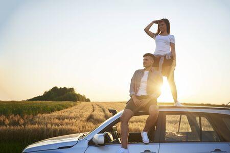 年轻夫妇坐汽车