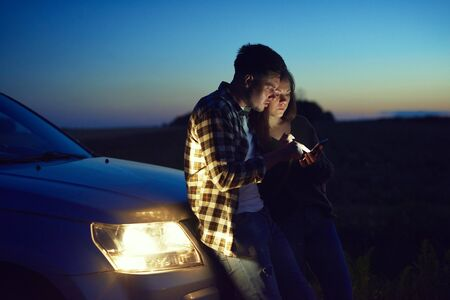 Young couple choosing the best road Imagens
