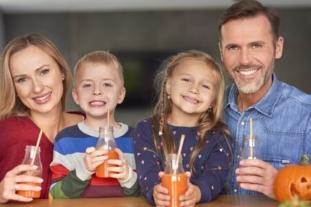 Portrait of smiling family drinking smoothie Reklamní fotografie - 130849050
