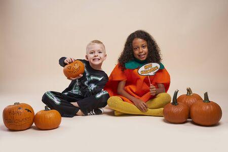 Portrait of children during the Halloween time 版權商用圖片 - 131909079