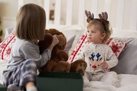 Kids with present in the bed Zdjęcie Seryjne