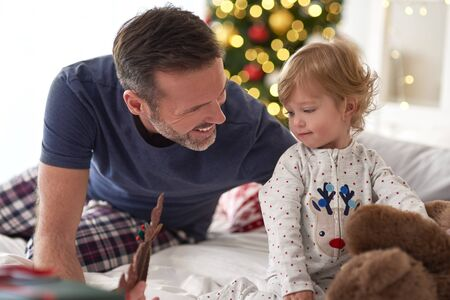 Father and his little daughter spending Christmas morning together Zdjęcie Seryjne
