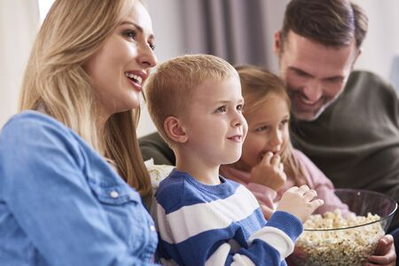 Close up of family watching tv at home Zdjęcie Seryjne