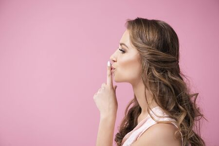 Side view of young woman asking for silence Stockfoto