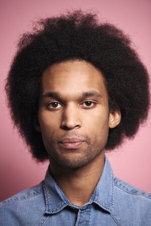 Portrait de jeune homme africain en studio shot.