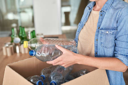 Unrecognizable woman holding plastic bottles for recycling Banque d'images