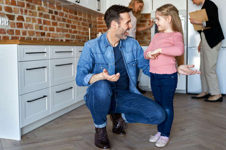 Happy father with cute daughter in new apartment Foto de archivo - 166928024