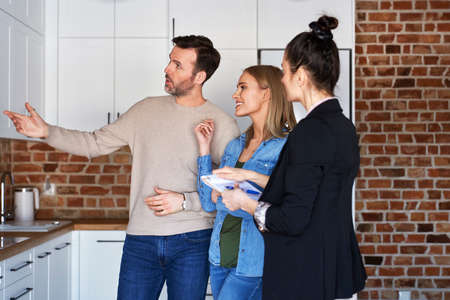 Couple with real estate agent viewing a new apartment Foto de archivo - 166752066