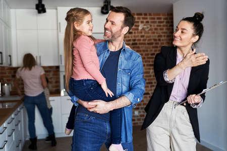 Real estate agent showing family a new apartment Foto de archivo