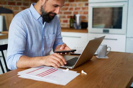 Man working in the home office Standard-Bild